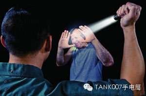 如何利用TANK007战术手电防身