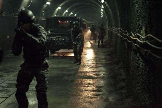 最新电影《痞子英雄》里也出现了在恶劣环境下使用战术手电的方法