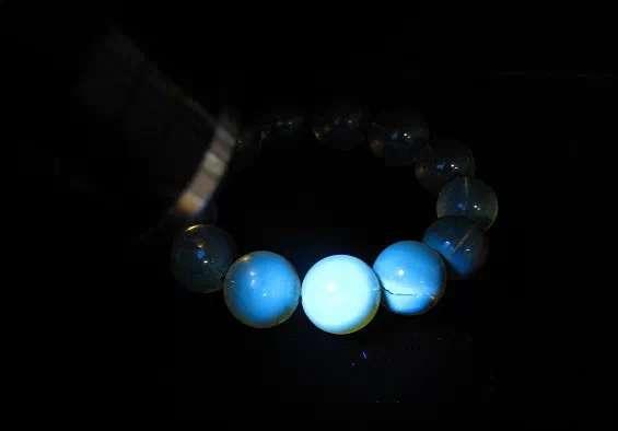 树脂合成品的琥珀会在紫光手电下产生淡蓝色的荧光反应
